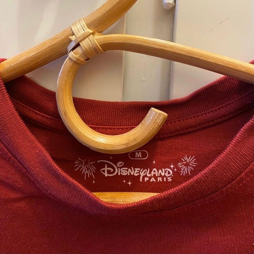 Avklippt vinröd t-shirt från Disneyland Paris. Använd ett par ggr.  Kan mötas upp i centrala Göteborg, annars står köparen för frakt📬. Toppar.