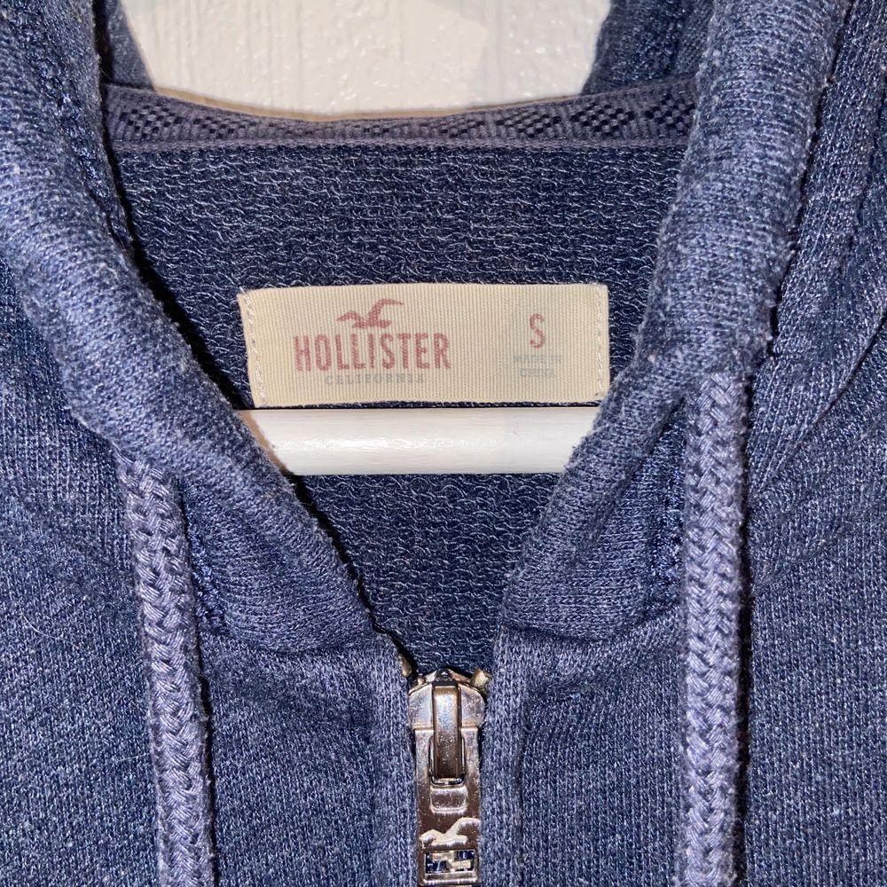 Mörkblå tröja från Hollister med dragkedja och luva. Storlek S. . Huvtröjor & Träningströjor.