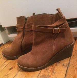 Bekväma skor i äkta skinn. I nyskick, oanvända. Bra pris.   Comfortable shoes in real leather. New, not used.  Good price.