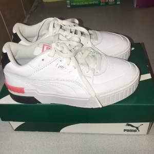 Såå snygga vita sneakers som tyvärr är lite för små för mig :(( använda en gång en stund pga önsketänkande men they got to go. Möts helst upp.