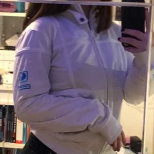 En vit carrhart zip-up tröja utan luva, har som en liten krage och ett blått carrhart märke på ena ärmen, står att den är i storlek M men den är väldigt tajt på mig så skulle mer säga att den är i XS om den ska sitta skönt men funkar nog för S med. Möts upp i Stockholm eller fraktar.💞säljer då den är för liten, den har inga fläckar osv
