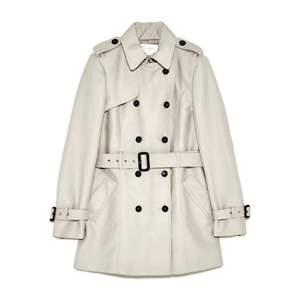 Helt ny klassisk trenchcoat från Zara, som inköptes 2019 men som tyvärr aldrig kommit till användning. Den är endast testad. PMa mig för fler bilder på kappan. Nypris: 900kr 😊