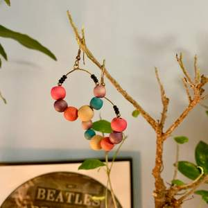 """Handgjorda örhängen med träpärlor som jag köpt i en italiensk butik. Säljer då """"krok""""-örhängen inte sitter rätt på mina örsnibbar </3."""