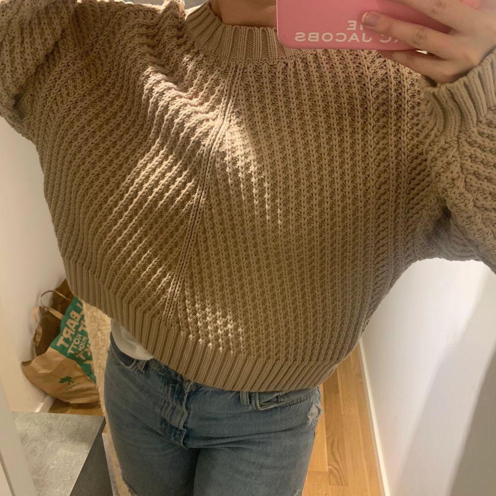 Säljer denna hårt stickade tröja från H&M. Aldrig använd men prislapp borttagen. Hör av er vid frågor. Frakt ingår inte i priset (kostnaden står längre ner). Stickat.