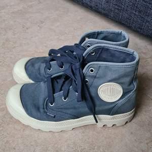 Säljer mina fina blåa palladiumskor. Använda men i bra skick. Kommer eventuellt tvätta va skorna om det önskas.   Nypris: 750kr                                                                           Frakt tillkommer