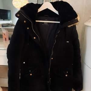 Säljer min vinter jacka från Zara, kommer tyvärr inte till användning. Därför jag säljer den.