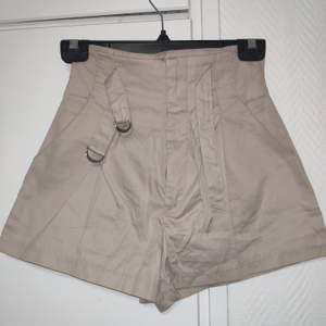 Ett par shorts från HM i storlek 32. De är aldrig använda och säljes pga fel storlek. Pälsdjur i hemmet.