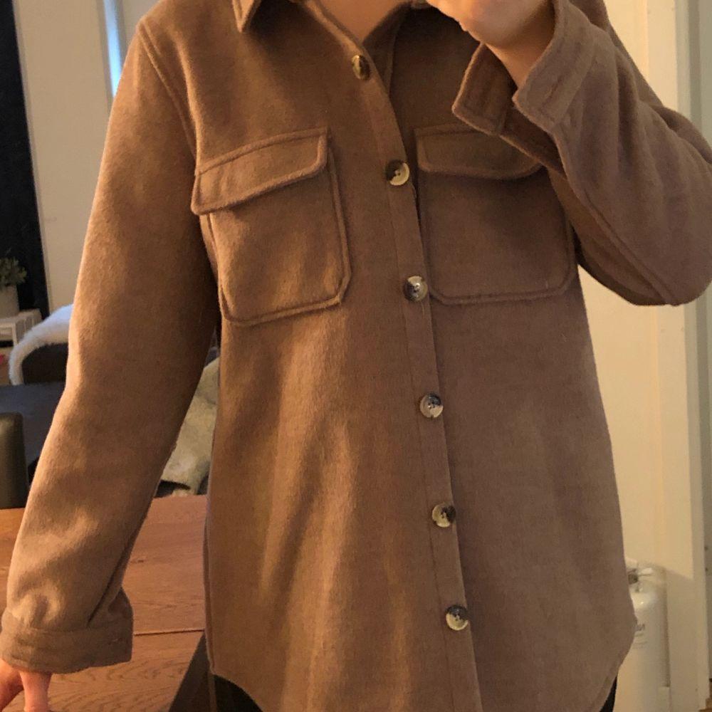 Brun skjortjacka. Strlk 38, har vanligtvis mindre strlk därav oversized, vilket den passar bra som. Använd sparsamt, nypris 800kr så 500kr i rabatt! Kan skickas eller mötas upp. Jackor.