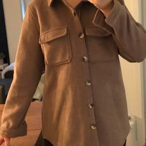 Brun skjortjacka. Strlk 38, har vanligtvis mindre strlk därav oversized, vilket den passar bra som. Använd sparsamt, nypris 800kr så 500kr i rabatt! Kan skickas eller mötas upp