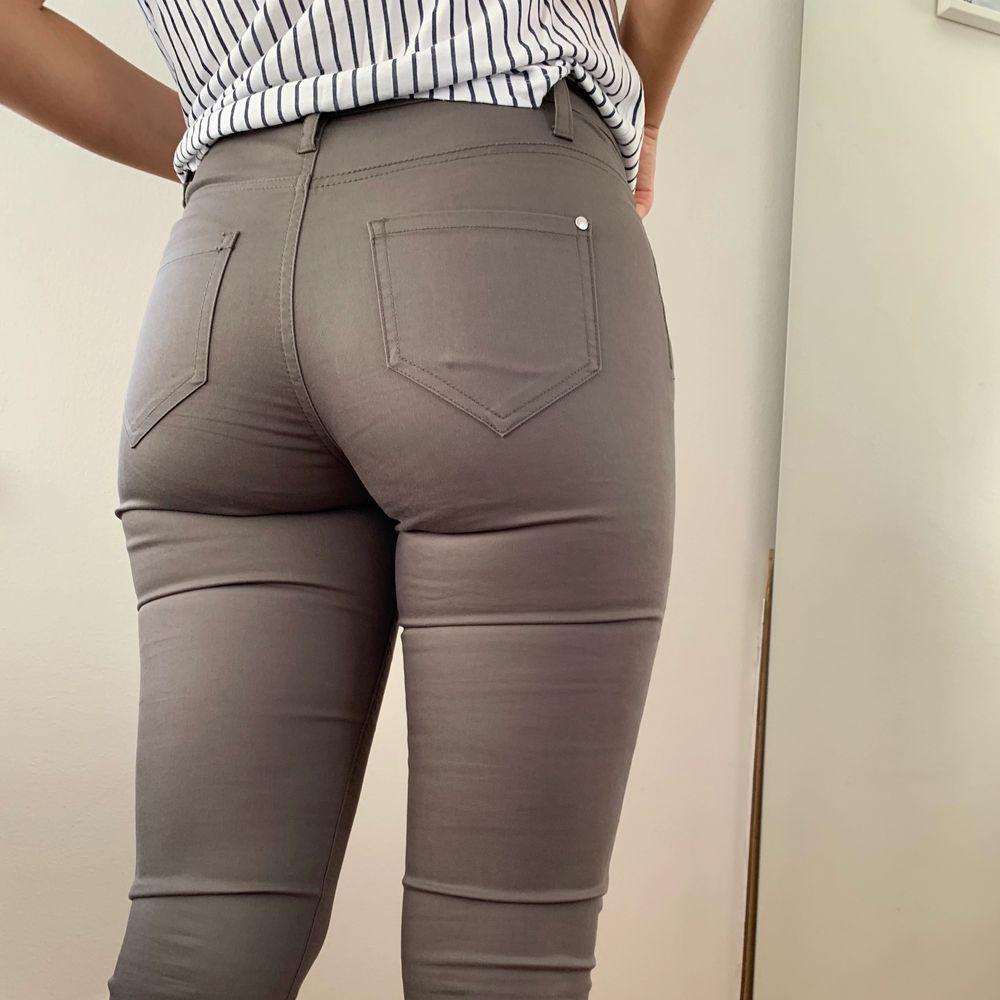Läderimitation. Så sköna och lite stretchiga så sitter som en smäck! Storlek S. Jeans & Byxor.