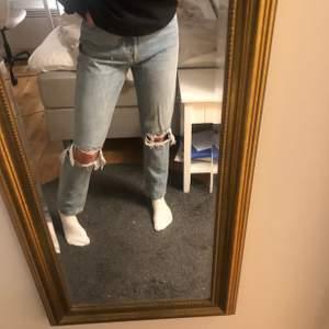 skitfina jeans från carlings som är helt oanvända och har lapparna kvar! liknar de populära jeansen från gina❤️ dem är för stora i midjan för mig så måste tyvärr sälja🥺