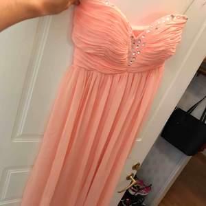 Lång balklänning i storlek 36 från Nelly  (NLY EVE)  Som ny använd en gång Färg: aprikos