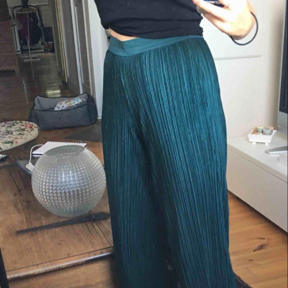 jättesköna gröna byxor från Carin Wester!!💖. Kjolar.