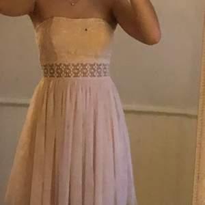 klänningen är superfin och hade VERKLIGEN velat behålla den men den gick sönder i ryggen längst dragkedjan så jag har ingen använding av den längre, någon med sy kunskaper kanske vill ha den? pris = diskuterbart men köpte står för frakt! ❤️❤️