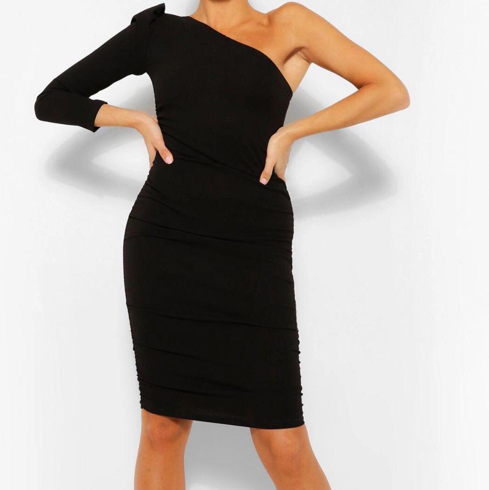 Säljer nu min midi klänning från Boohoo med prislapp kvar på, storlek 32 väldigt fin och bodycon på kroppen, festlig💗. Klänningar.