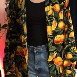 Färgglad skjorta från H&M. Väldigt oversized storlek L.