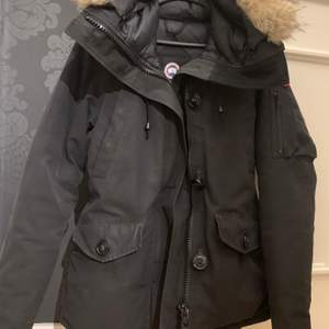 Säljer denna Canada Goose jacka som såklart är äkta, har även kvitto om det behövs. Köpt på johnells i storleken XS. Tagit hand om den väl. Säljer den för 4000 kr.