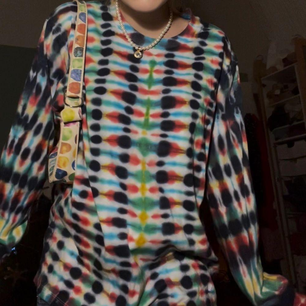 Super snygg hemma gjort batik tröja (köparen står för den eventuella frakten💕). Huvtröjor & Träningströjor.