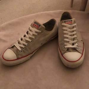 Begagnade chuck taylor low tops i färgen creamwhite. Några få flaws t.ex. små nötningar på båda skorna, men utöver det är de hela. Strl. 44,5. Nypris ligger på runt 600. Skolåda ingår inte. Ge gärna prisförslag😁✌🏼