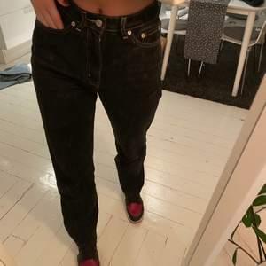 Säljer dessa svarta jeans från weekday i populära ROW. Om jag minns rätt tillverkas inte dessa längre. Säljer pga att jag har för många svarta jeans! De har några slitningar som ni kan se på bild 3, men ingenting som förstör, tycker snarare det är coolt! Nypris 500!