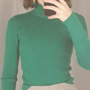 Den långärmad grön tröja med polo krage. Ganska tjockt tyck och väldigt härlig att ha på sig. Helt ny och jätte bra sick! Etiketten finns tyvärr inte kvar. Köpt på H&M och köptes för 150kr. skriv om du vill köpa, först till kvarn!❤❤❤