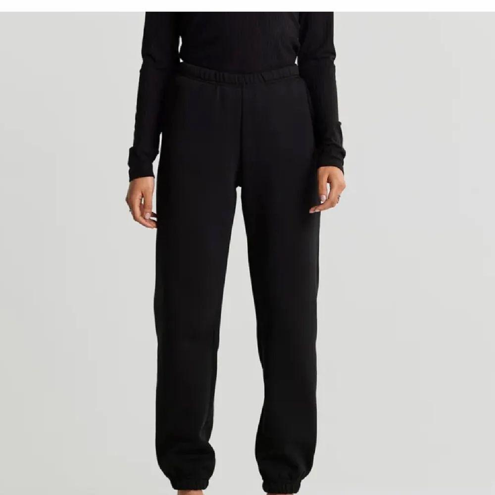 Storlek S, använda men fint skick. Bra längd på mig som e 168 drygt. Köparen står för frakt💗💗. Jeans & Byxor.