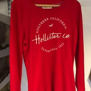 Röd tröja från Hollister. Säljer för jag inte använt den på ett tag. Kontakta mig ifall du är intresserad!💖
