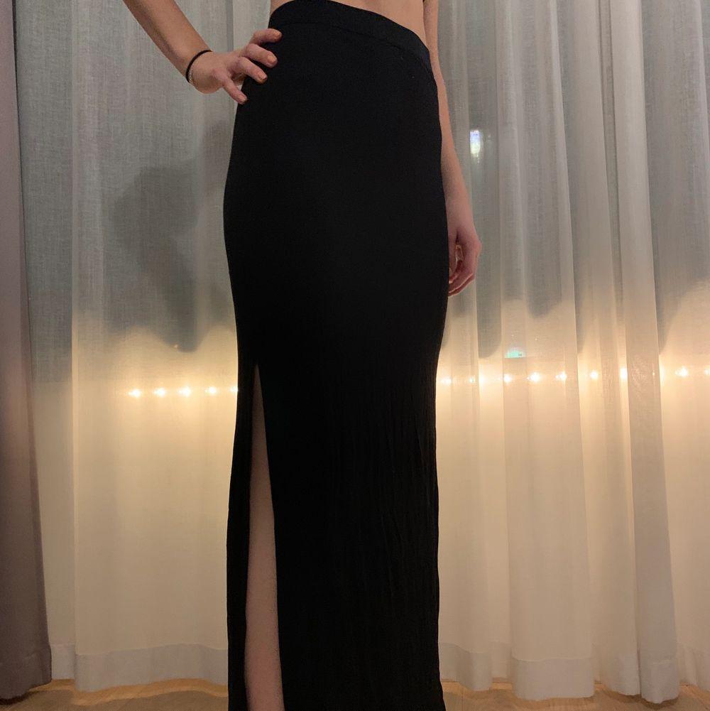 Jättefin lång svart kjol, kan användas till nästan allt och super bekväm, har en snygg slits på sidan 😋 strl S men passar även M. Kjolar.