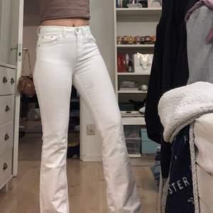 Vita utsvängda jeans från Ullared, använda några gånger men tyvärr blivit för små för mig.