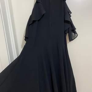 Svärt elegant klänning i storlek XS/S. Den sitter jättefint på och kan även skicka flera bilder om det önskas. Säljs för 250kr.