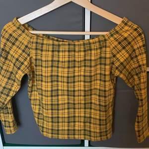 En rutig gul off shoulder tröja. Aldrig använd pga för stor. Köpt 2hand strl: S-M pris: 35+ frakt