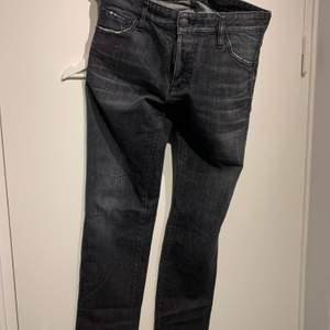 Grå dsquared jeans inhandlade på NK i Göteborg. Storlek 48, har dock töjt sig något så mer som 50. Modell slim jean. Fint skick!
