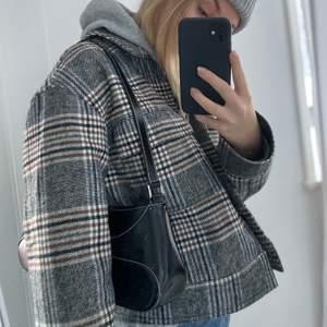 Croppad rutig jacka från Gina som är helt slutsåld på hemsidan. Strl M men sitter snyggt på mig som är en S. Köpt förra året för 600kr💕 Som ny!