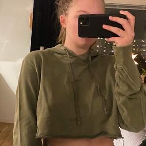 croppad (avklippt) hoodie i mörkgrön/militärgrön färg. Från carlings! PRIS KAN DISKUTERAS! Kom med bud 🥰