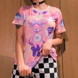 Rosa tshirt med pastellfärgade detaljer och motiv. Köpt på ett konvent! 🧚🏼💖 Kunden står för frakt (möts ej pga covid). Kontakta mig för fler bilder. Tvättas självklart innan den skickas! 💕💕 65% Polyester 35% Bomull