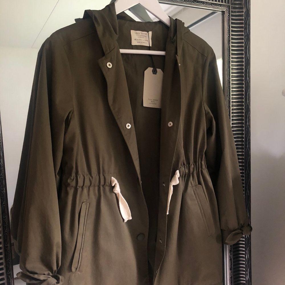 Såå söt militärgrön jacka från Zara kids! Sitter som en S. Aldrig använd med prislapp kvar!! Nypris 400kr. Jackor.