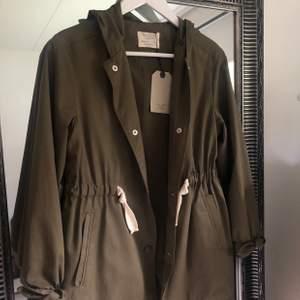 Såå söt militärgrön jacka från Zara kids! Sitter som en S. Aldrig använd med prislapp kvar!! Nypris 400kr