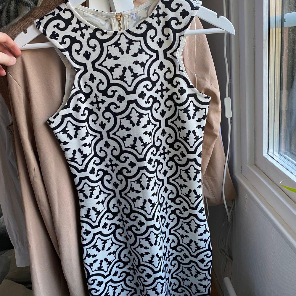 Såååå snygg klänning från Ivy revel!! Sitter som en smäck med ascoolt mönster. Klänningar.