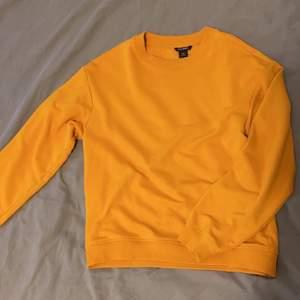 Säljer denna fina sweatshirt från monki som är näst intill oanvänd, därav är den i ett bra skick! Storlek xxs men skulle absolut säga att den passar från storlek xxs-s/m beroende på hur oversized man vill att den ska sitta🧡