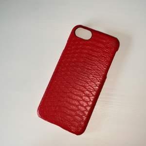 Superfint mobilskal från Holdit! Skalet är rött orm mönster. Mobilskalet är användt, men i bra skick (litet märke, kolla bild 3) Mobilskal är till iPhone 6/7/8. Köparen står för frakten ❤️