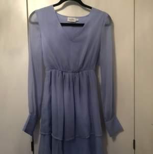 Jättefin klänning från NA-KD, endast använd en gång. Storlek 32 men lite stor så passar även 34.