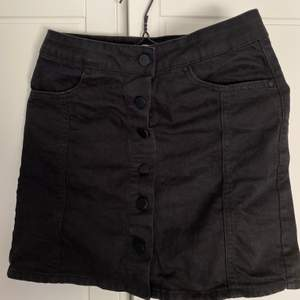 Rak, tight, svart kjol med knappar från Gina Tricot i strl. 36. Säljer då den ej kommer till användning. Sitter tight, men är något rak i formen efter höfterna. Undrar du något, tveka inte att fråga! Säljer för 130 kr exkl. frakt!