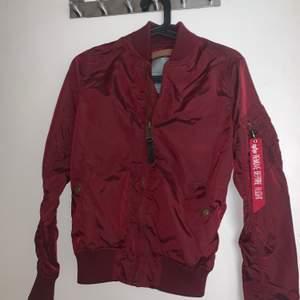 Jackan är i nytt skick använt endast 2 ggr, säljer denna jackan eftersom att den inte passar mig längre. Pris kan diskuteras vid snabb affär.