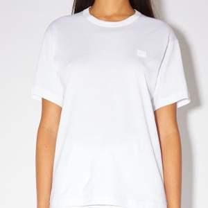 Vit jättefin AcneStudios t-shirt. Stilsäker och passar till allt. I fint skick! Nypris 1100kr