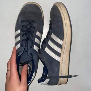 Adidas skor i storlek 39 1/3 själv har jag storlek 40 i alla skor men dessa skor skulle log funka för de flesta i storlek 39/40. Frakt tillkommer🦋✨