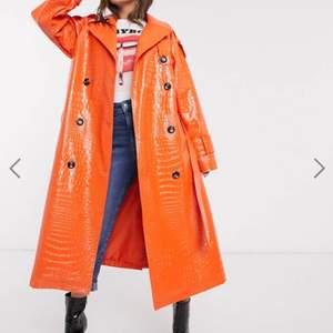 Helt oanvänd kappa i fejkskinn från ASOS i Orange med lackyta. Älskar denna kappan men den råkade va lite stor i storleken för mig.