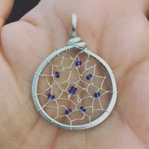 Handgjort smycke i järntråd och pärlor