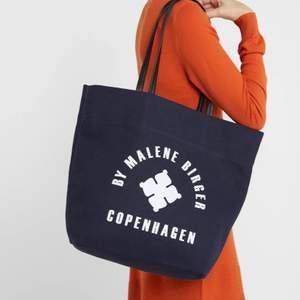 Världens mest praktiska väska, får plats med allting! Köpt för 1800kr och är som ny i skicket. Säljer för den inte kommer till användning. Kom med egna bud 🥰