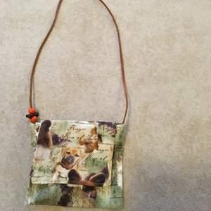 En väska med hundmotiv, läderband och kardborre. Betalas med swish! 10 + frakt