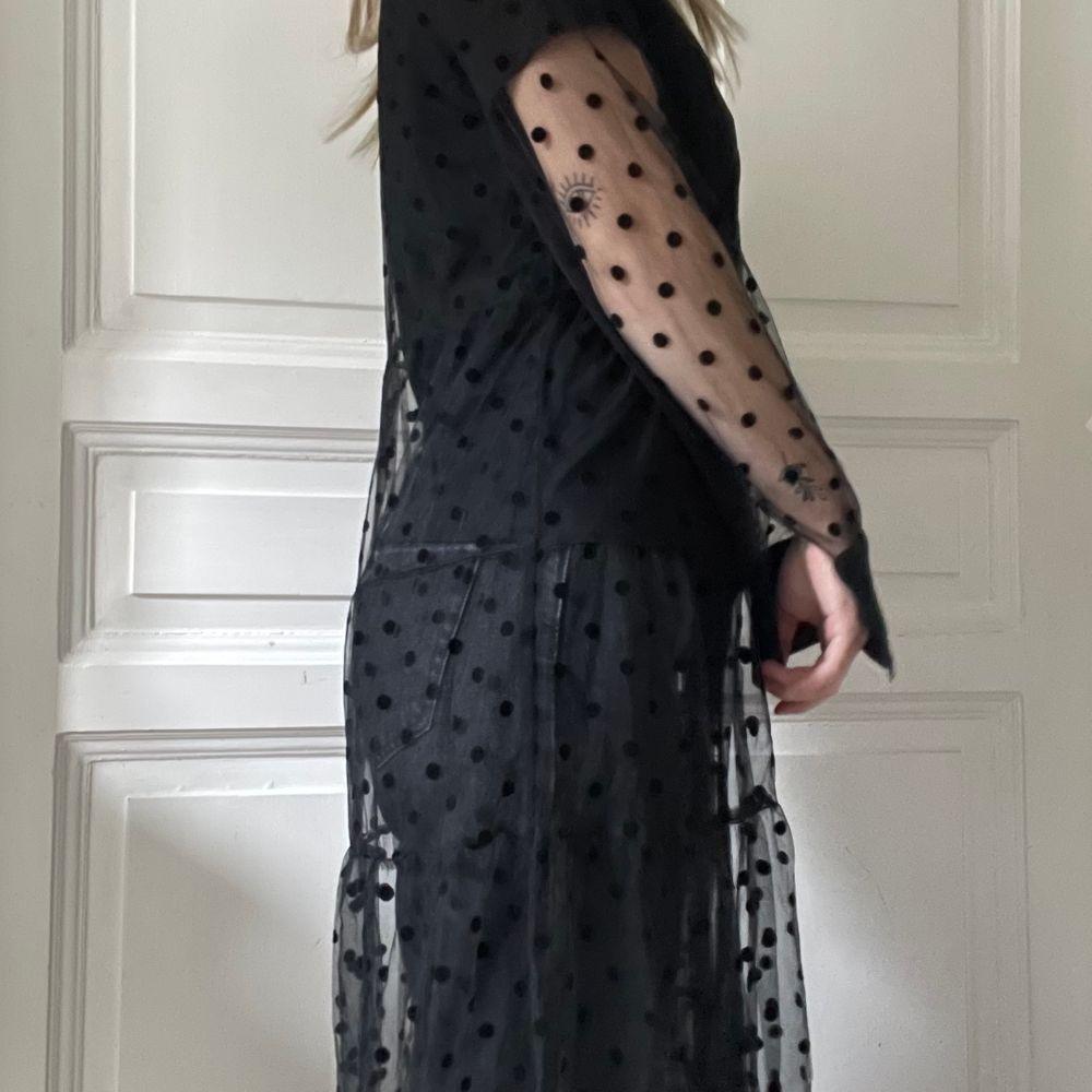 Superfin genomskinlig klänning/cardigan med prickar på från Zara! Den används tyvärr inte av mig. Aldrig använt så nyskick. Den är köpt begagnad av mig men prislappen är kvar så förra ägaren har aldrig använt den heller. Köparen står för frakten som tillkommer 💖. Klänningar.